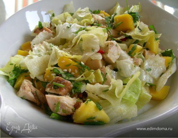 Освежающий салат с курицей и манго
