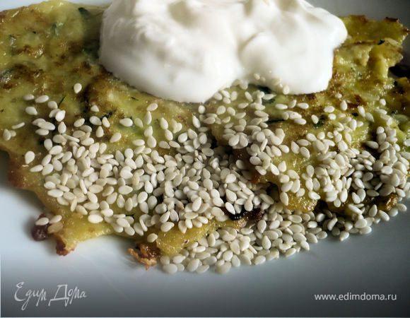 Кабачковые оладьи с творогом, сыром и кунжутом