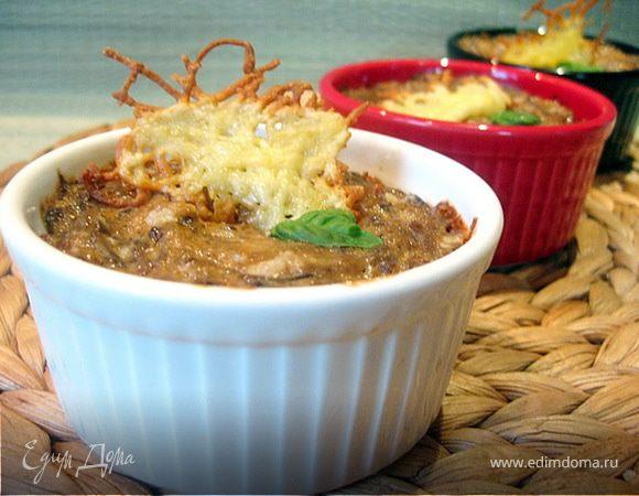 Брокколи в сливочно-грибном соусе с сырными чипсами