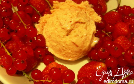 Рецепт Сливочное мороженое с клубникой, белым шоколадом и апельсиновым ликером Куантро