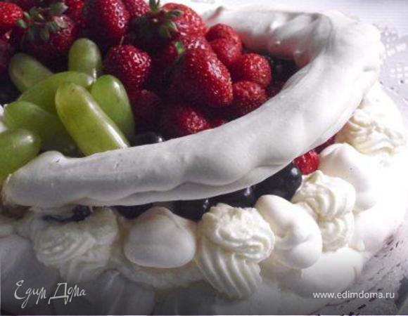 Торт «Павлова» с миндалем и клубникой