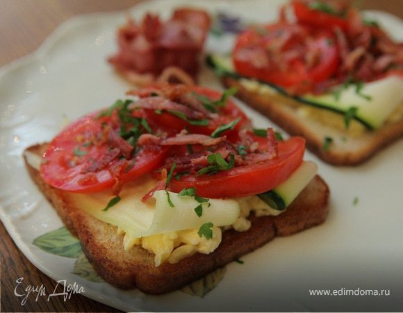 Тосты с беконом, помидорами, цукини и сыром