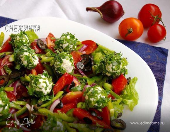 Салат с томатами, перцем, маслинами и шариками из рикотты
