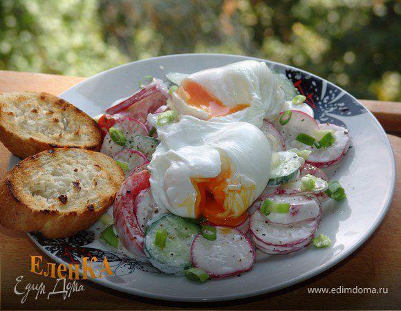 Летний салат с яйцом-пашот