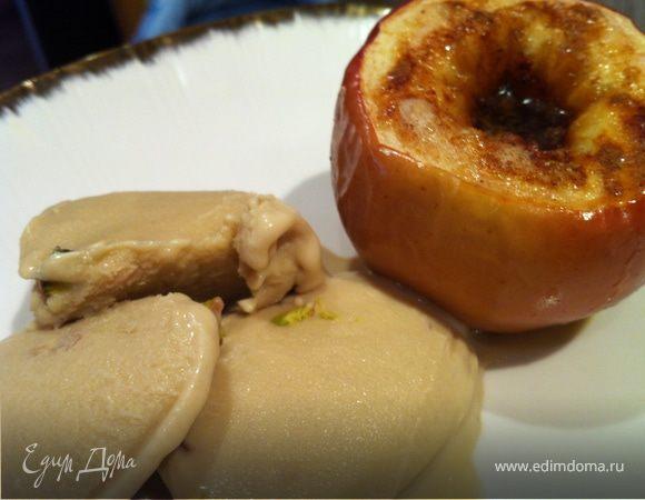Печеное яблоко с корицей и домашним медовым мороженым