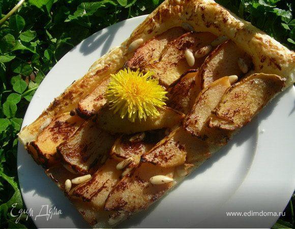 Пирог из слоеного теста с айвой, кедровыми орешками и шоколадом
