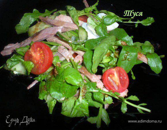 Салат с телячьим языком и руколой под азиатским соусом