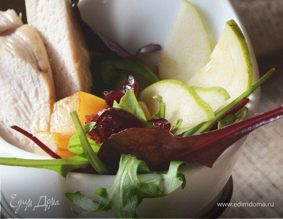 Теплый салат с грушей, жареным козьим сыром и курицей с лаймовой заправкой