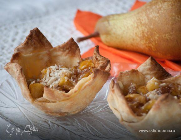 Корзиночки из слоеного теста, запеченные с медовыми грушами и сыром