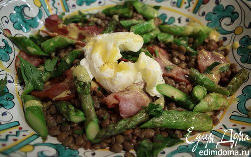 Рецепт Чечевица с яйцом пашот, беконом и спаржей