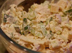 Куриный салат с сыром маасдам и луком-пореем