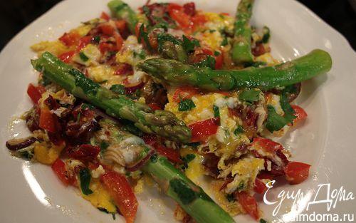 Рецепт Жареные яйца со спаржей, сладким перцем и вялеными помидорами