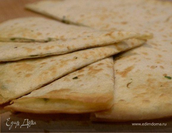 Мексиканская тортилья с сыром, кинзой и чили