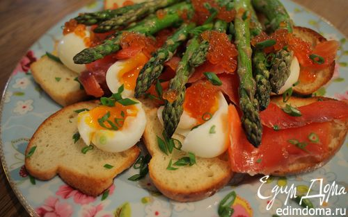 Рецепт Тосты с яйцами, спаржей, копченой семгой и красной икрой