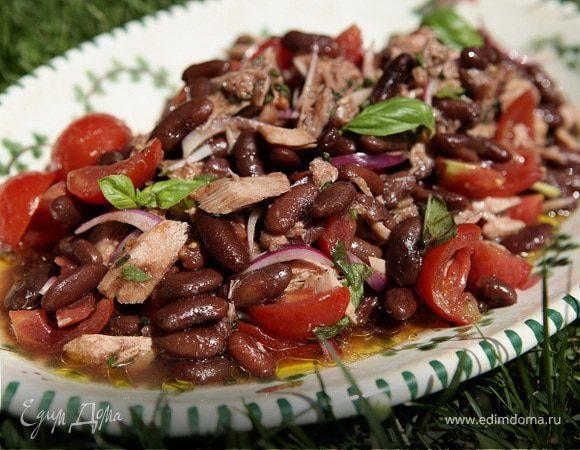 Теплый салат с фасолью, тунцом и помидорами