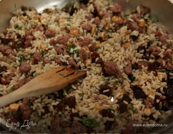 Салат из риса с колбасками, курагой и кешью