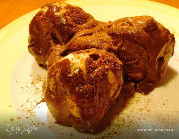 Пирожные шу с нежным кокосовым кремом и шоколадным соусом