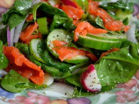 Салат со шпинатом и копченым лососем