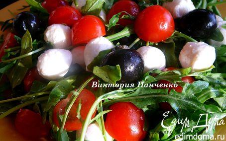 Рецепт Салат из помидоров черри, моцареллы и маслин