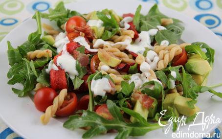 Рецепт Салат с пастой, авокадо, овощами и беконом