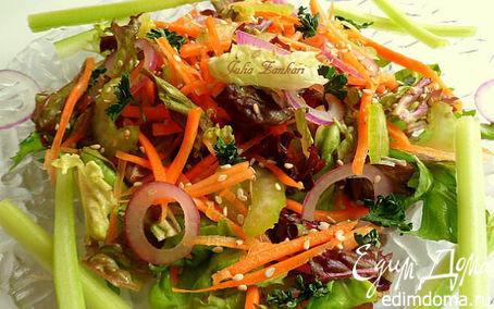 Рецепт Витаминный салатик из сельдерея, моркови, листьев салата, лука и кунжута