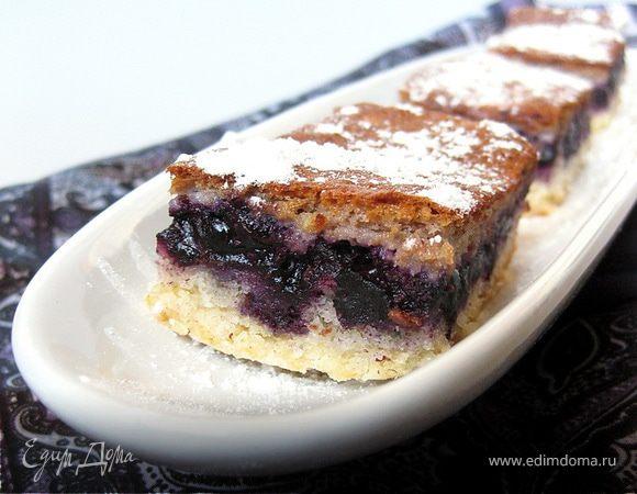 Пирог с черникой под миндально-сметанной заливкой