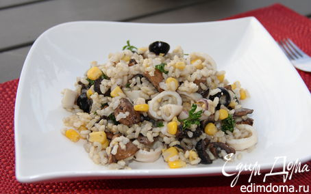 Рецепт Рисовый салат с кальмарами, грибами и маслинами