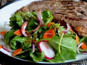 Салат с листовой капустой и овощами