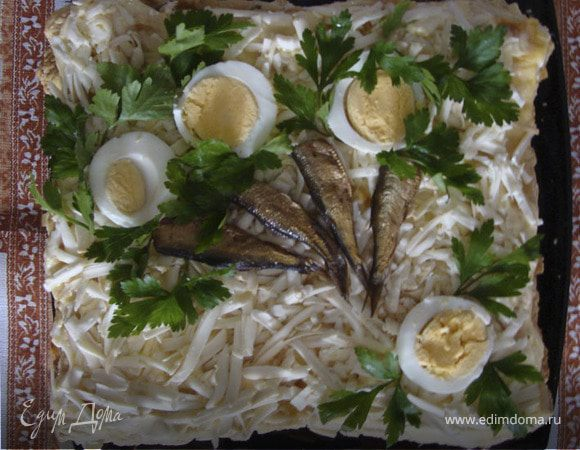 слоеный салат со шпротами и колбасным сыром
