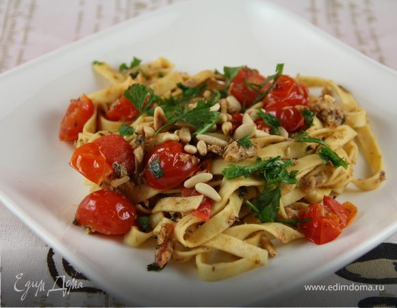 Паста с сардинами, помидорами черри и кедровыми орешками