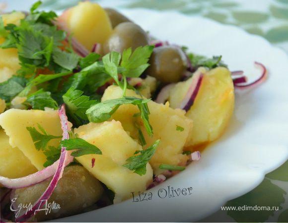 Теплый картофельный салат с красным луком и оливками