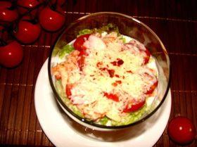 Салат-коктейль с раковыми шейками и сыром Джюгас