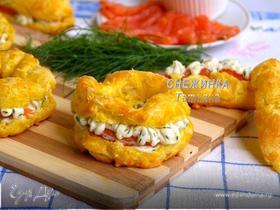 Сырные заварные «колечки» со сливочным кремом, сыром Джюгас и форелью