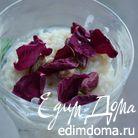 Молочно-рисовый десерт с фисташками и лепестками роз