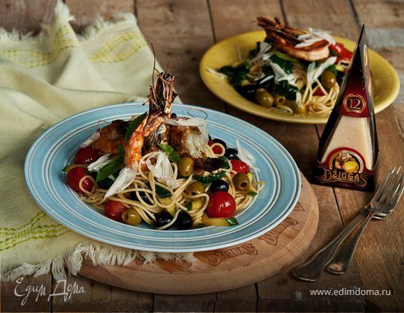 Спагетти с креветками, цукини, помидорами и сыром