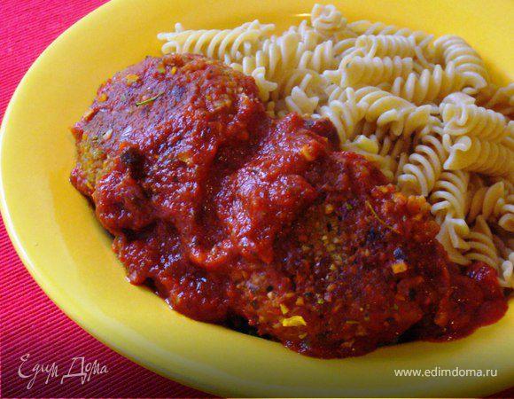 Гречневые котлетки в минутном томатном соусе с цельнозерновыми фузилли
