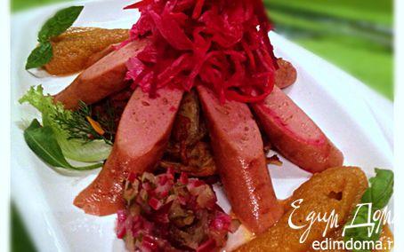 Рецепт Вегетарианские сосиски с квашеной капустой на лепешке из кабачков с яблочно-морковным пюре