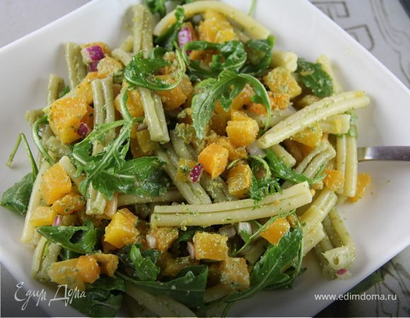 Теплый салат из пасты с тыквой и песто из грецких орехов и шалфея