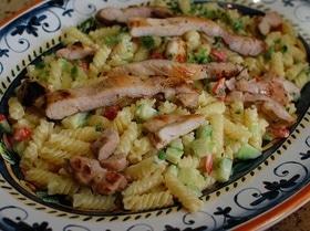 Теплый салат из макарон с курицей, сельдереем и огурцом