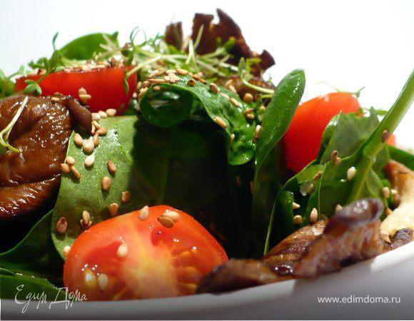 Освежающий салат со шпинатом, устричными вешенками и кунжутом