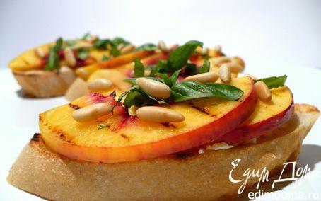 Рецепт Чиабатта с нектарином-гриль, козьим сыром, базиликом и кедровыми орешками