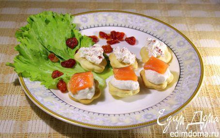 Рецепт Канапе с домашним крем-сыром, слабосоленой семгой и вялеными помидорами