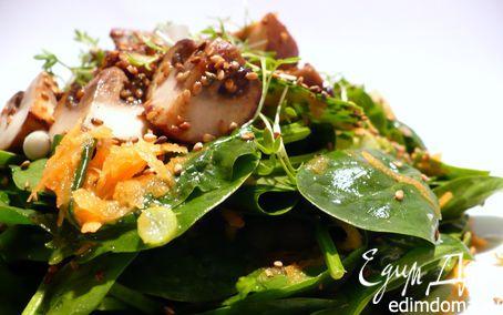 Рецепт Салат из молодого шпината с жареными шампиньонами и морковной заправкой