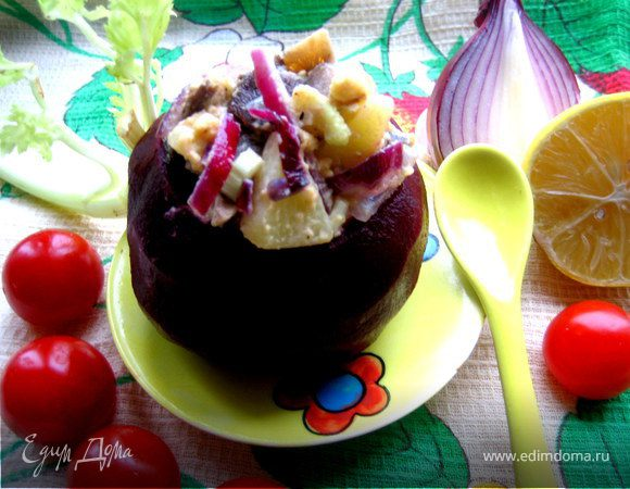 Теплый грибной салат в свекольном горшочке