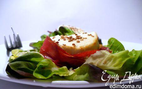 Рецепт Козий сыр, запеченный с медом и кунжутом на салатной подушке с пармской ветчиной