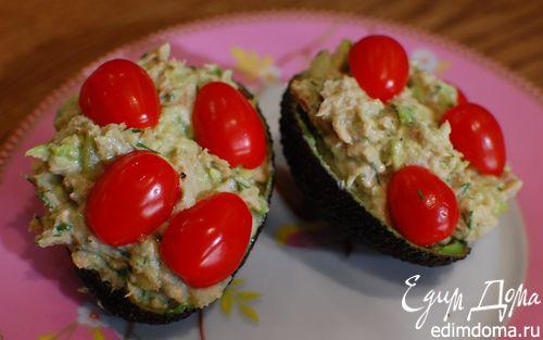 Рецепт Авокадо с тунцом, сельдереем и помидорами черри