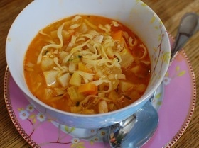 Овощной суп с курицей и яичной лапшой
