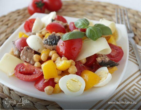 Салат с тунцом, нутом и перепелиными яйцами