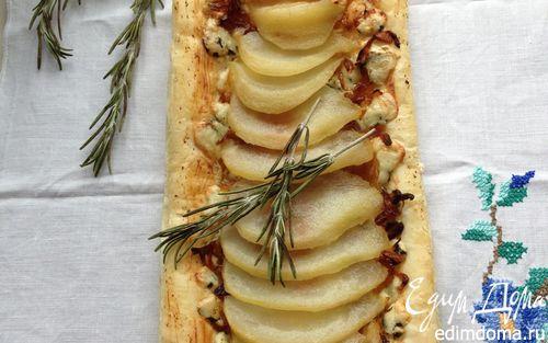 Рецепт Пироги с грушей-пашот, карамелизированным луком и голубым сыром