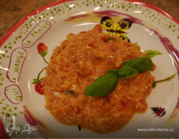 Яичница-болтунья с помидорами и базиликом